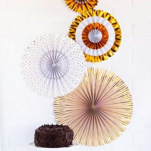 bruiloft-decoratie-paper-fans-gold-white