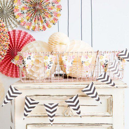 bruiloft-decoratie-vlaggetjesslinger-flower-black-white-3