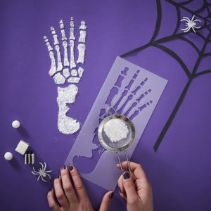 halloween-decoratie-stencil-skeleton-feet-creep-it-real