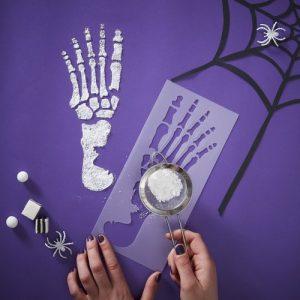 halloween-decoratie-stencil-skeleton-feet-creep-it-real