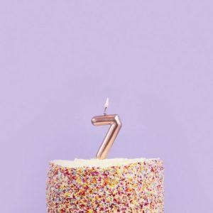 feestartikelen-taartkaars-rosegoud-cijfer-7