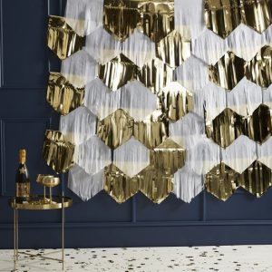 oud-en-nieuw-versiering-backdrop-gold-white-tassel-pop-the-bubbly-2