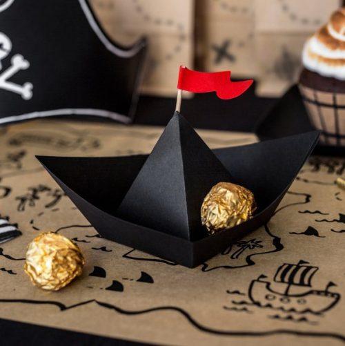 kinderfeestje-versiering-papieren-decoratie-black-boats-pirates-party-2
