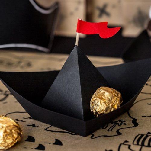 kinderfeestje-versiering-papieren-decoratie-black-boats-pirates-party-4