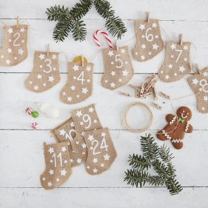 kerstversiering-adventskalender-hessian-stockings-let-it-snow-2.jpg