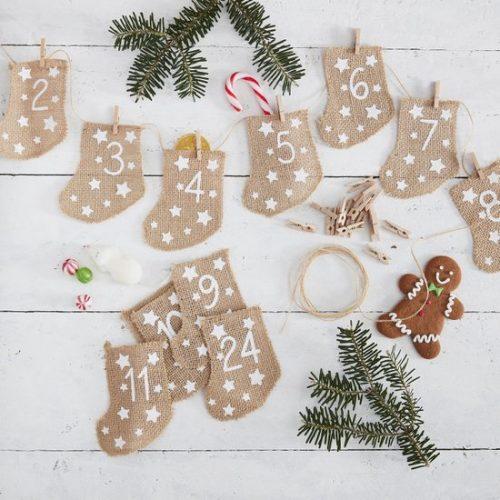kerstversiering-adventskalender-hessian-stockings-let-it-snow-2.jpg