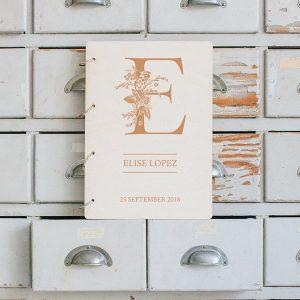 kraamcadeau-houten-bewaarboek-letter-gepersonaliseerd-9