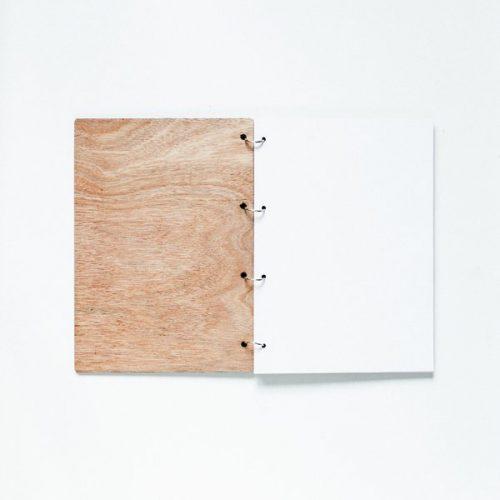 kraamcadeau-houten-bewaarboek-stippen-gepersonaliseerd-2