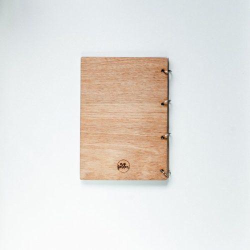 kraamcadeau-houten-bewaarboek-stippen-gepersonaliseerd