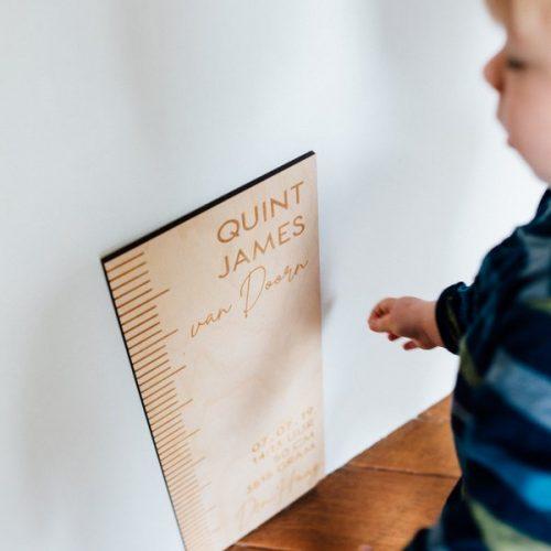 kraamcadeau-houten-geboorte-meetlat-gepersonaliseerd-2