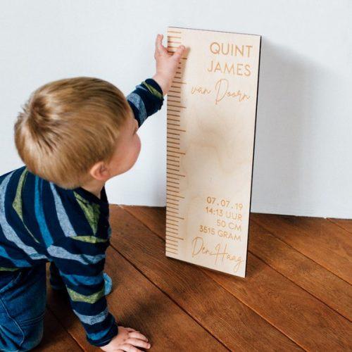 kraamcadeau-houten-geboorte-meetlat-gepersonaliseerd