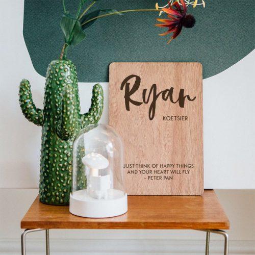 kraamcadeau-houten-poster-naam-brush-gepersonaliseerd