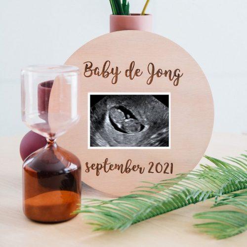 kraamcadeau-houten-zwangerschapsaankondiging-rond-gepersonaliseerd-5