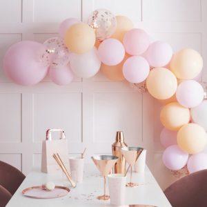 vrijgezellenfeest-versiering-ballonnenboog-blush-hen-2.jpg