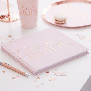 vrijgezellenfeest-versiering-gastenboek-blush-hen-velvet-2.jpg