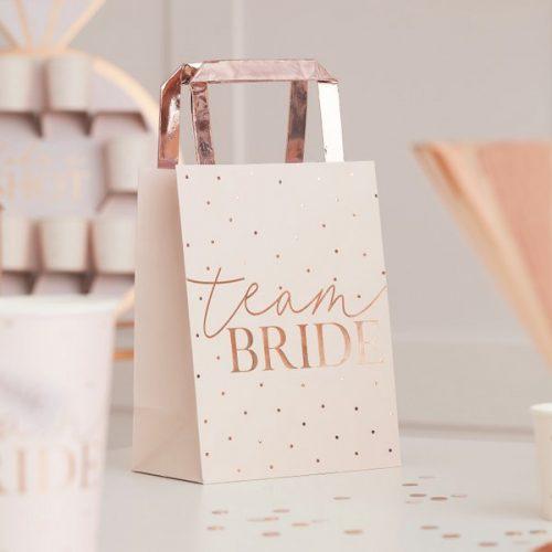 vrijgezellenfeest-versiering-papieren-tasjes-blush-hen-2.jpg