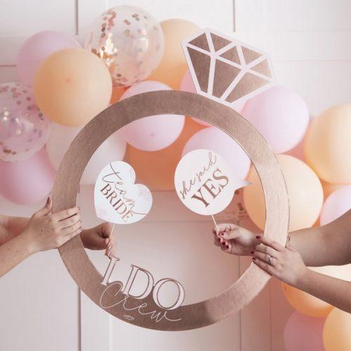 vrijgezellenfeest-versiering-photobooth-frame-ring-blush-hen-2.jpg