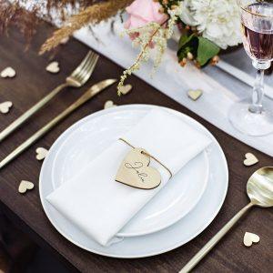 bruiloft-decoratie-houten-plaatskaartjes-hearts-3.jpg