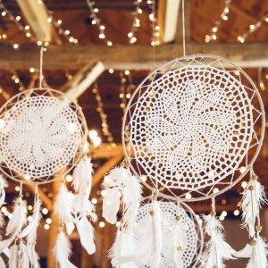 bruiloft-decoratie-dromenvanger-feathers-off-white-2.jpg